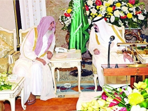 Saudi King Abdullah honoring Grand Mufti 26October2012 - photo 2